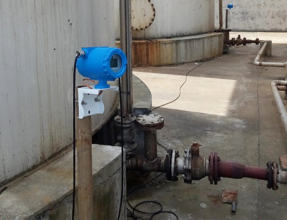 The trichloropropane vertical tank is installed with Non-Intrusive Ultrasonic Level Gauge